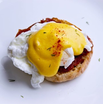 Poached eggs with paprika and hollandaise sauce
